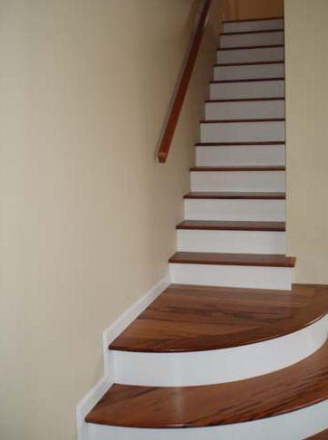 Aterrizaje de escalera curvada