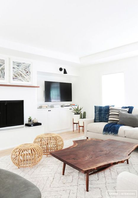 Una moderna sala de estar con paredes blancas