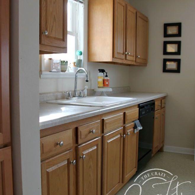 Pequeña cocina con armarios de roble.