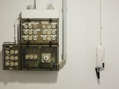 Fuse box with screw-in fuses