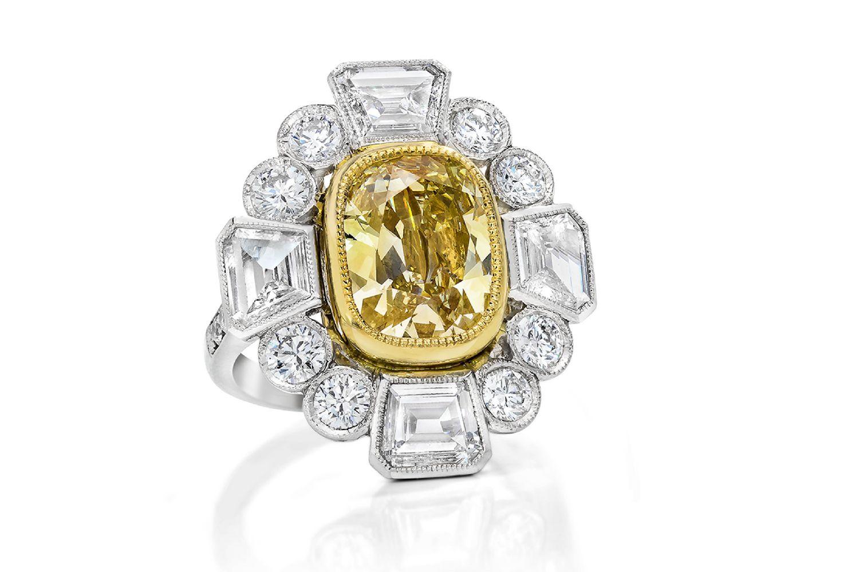 Anillo de compromiso de diamantes amarillos