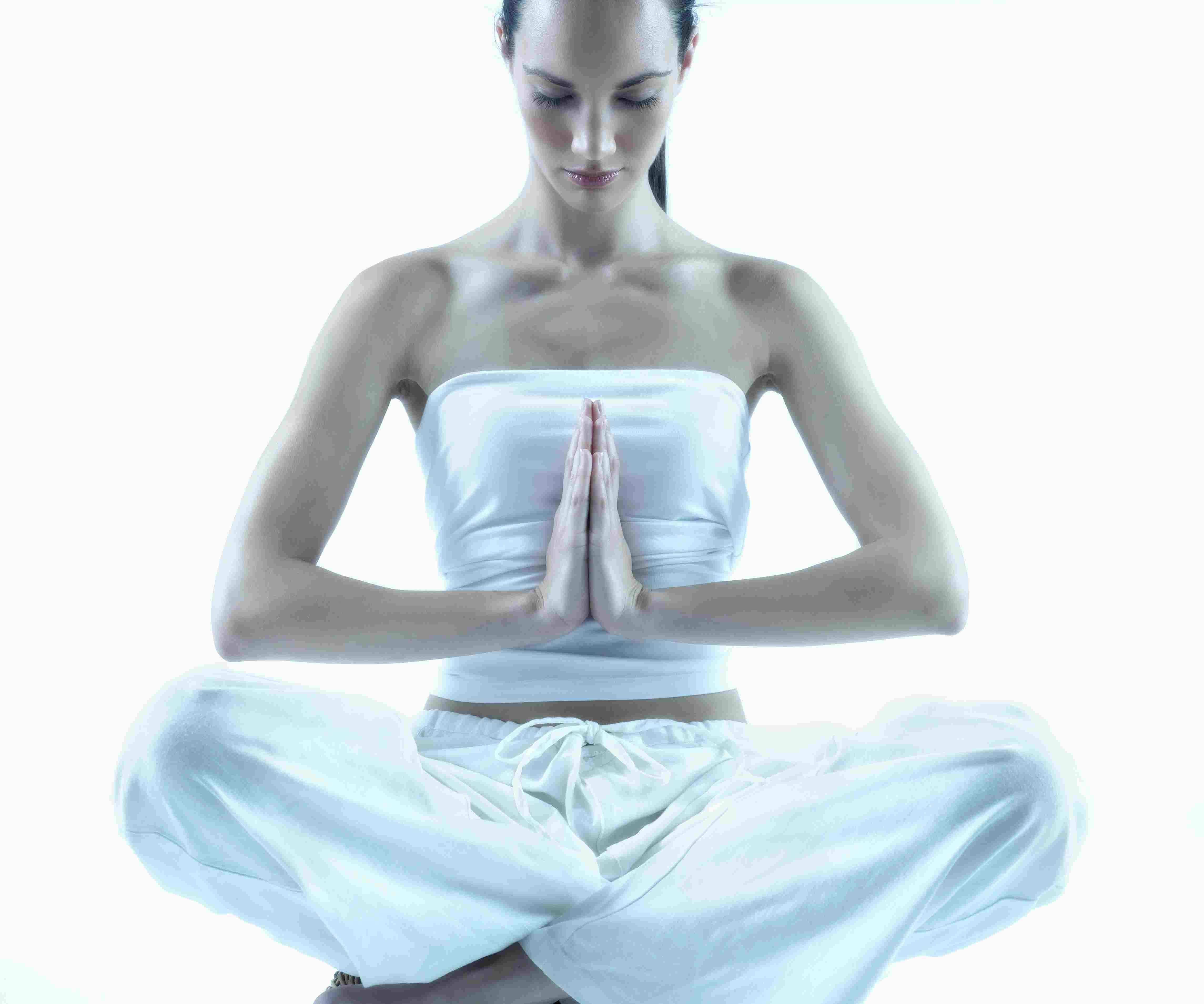 Mujer joven haciendo el gesto de Namaste