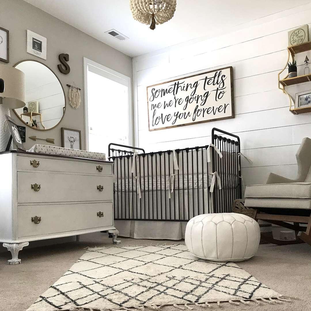 Vivero gráfico en blanco y negro con madera rústica pared decorativa