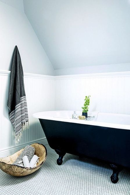 Bañera con patas en el baño del ático