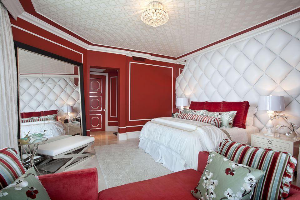 Habitación ecléctica roja de DKOR Interiors Inc.