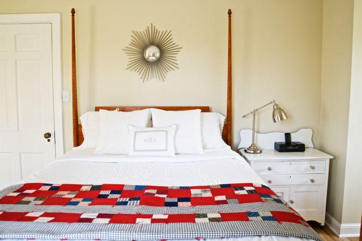 Tirar una manta en la cama