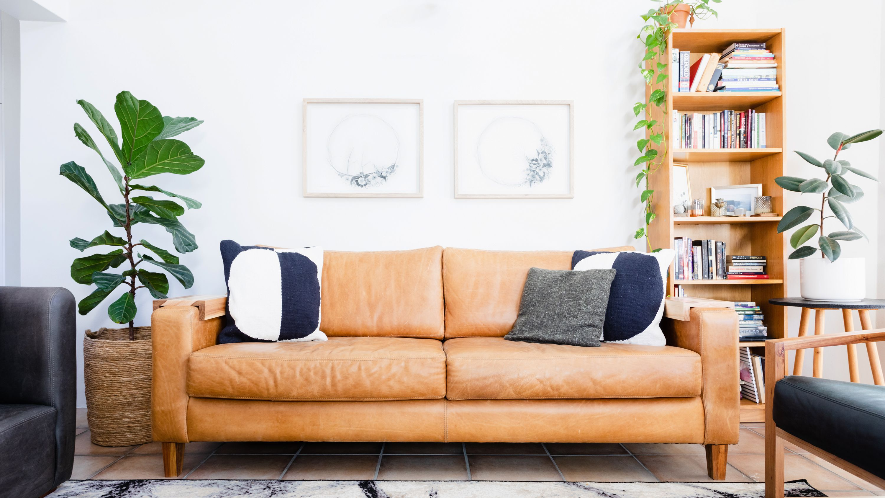 16 Ways To Decorate With Leather Furniture, Cottage Style Living Room With Leather Couch