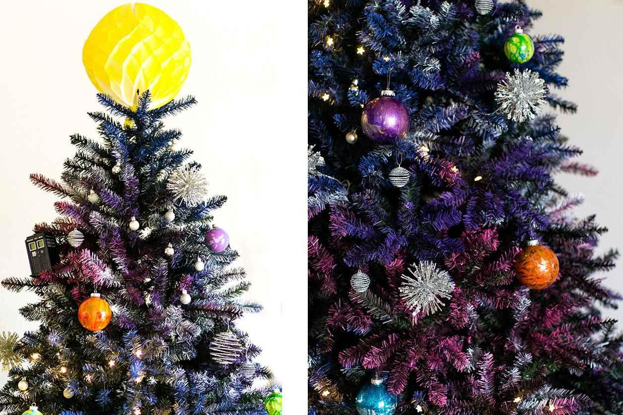 Árbol de Navidad decorado con adornos tipo galaxia.
