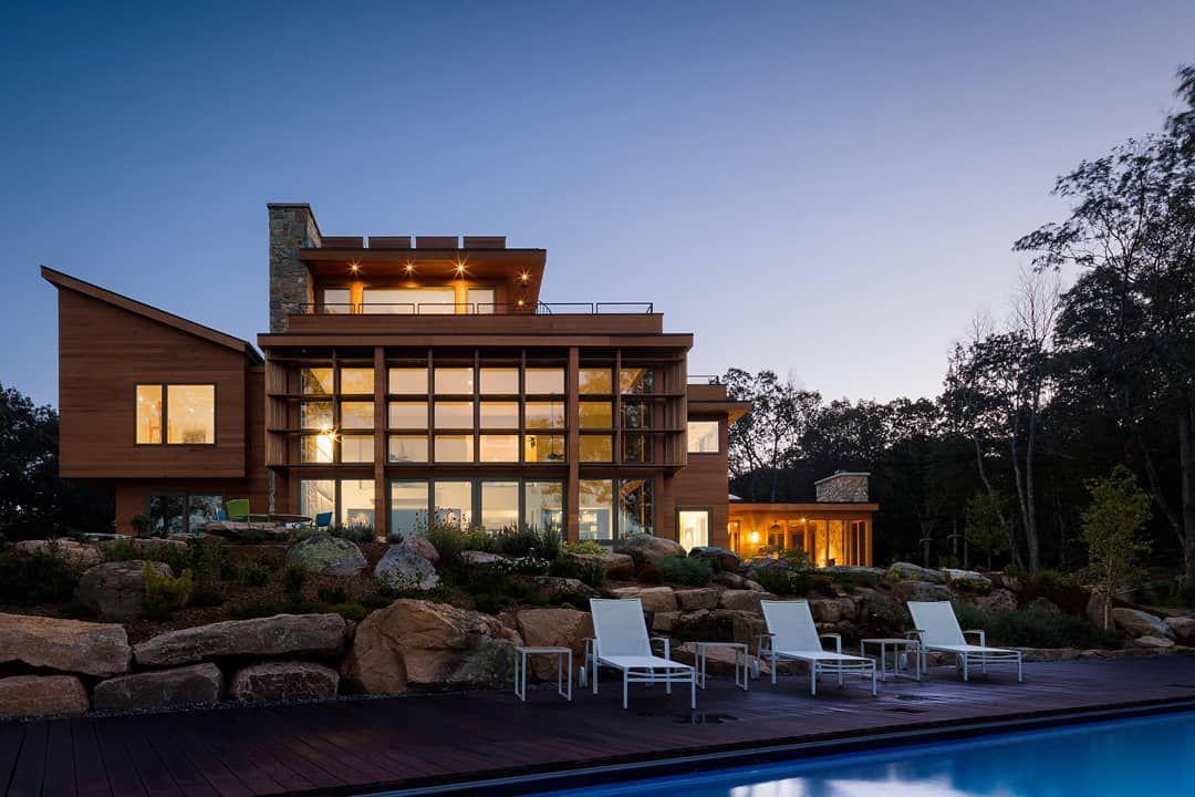Moderna casa fluvial con piscina