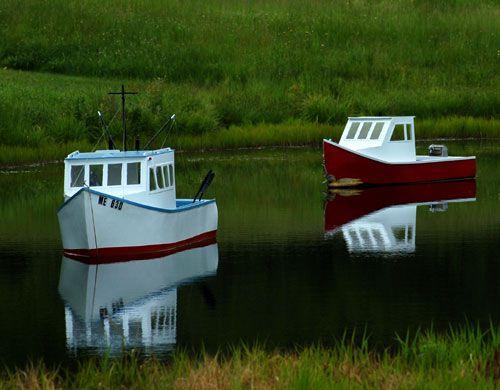 Imagen de mini botes en un estanque con tema de playa. temas de jardín de playa.