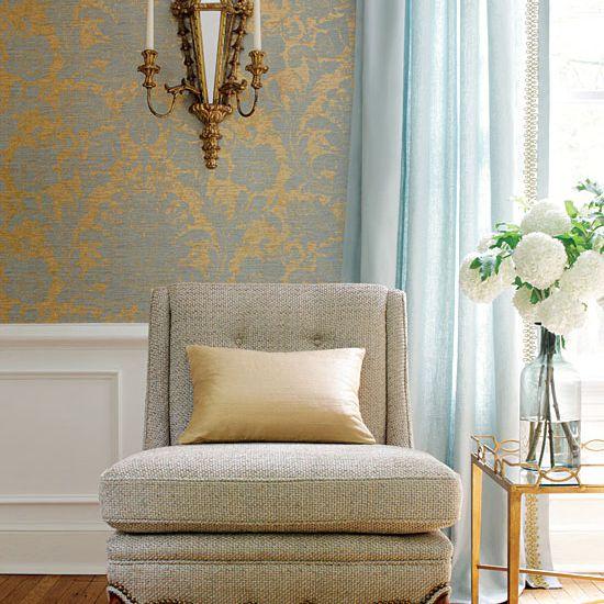 Una sala de estar en dorados sutiles
