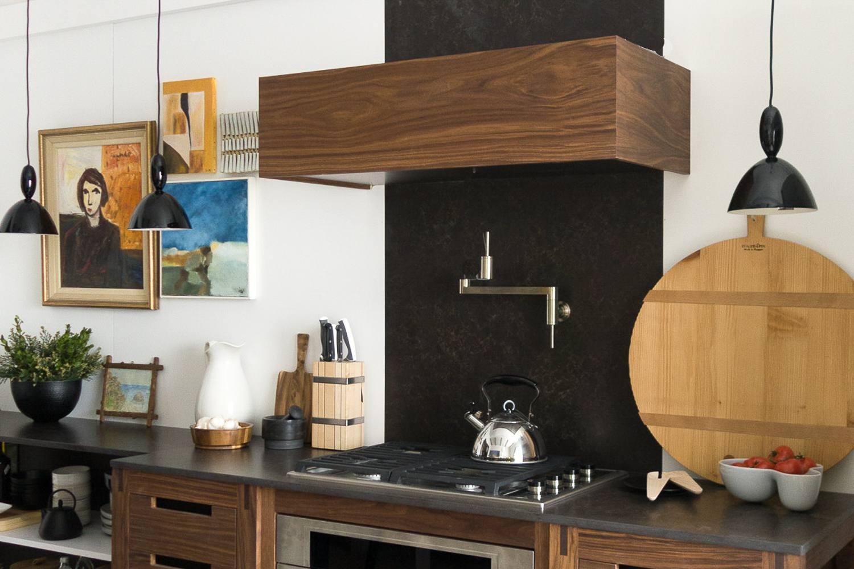 Diseño de cocina de madera con luces colgantes