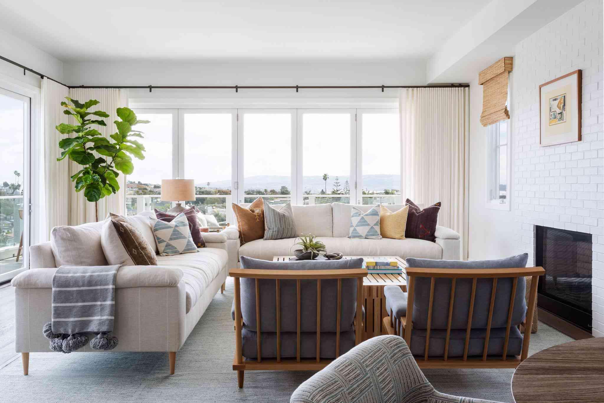 modern living room with fiddle leaf fig