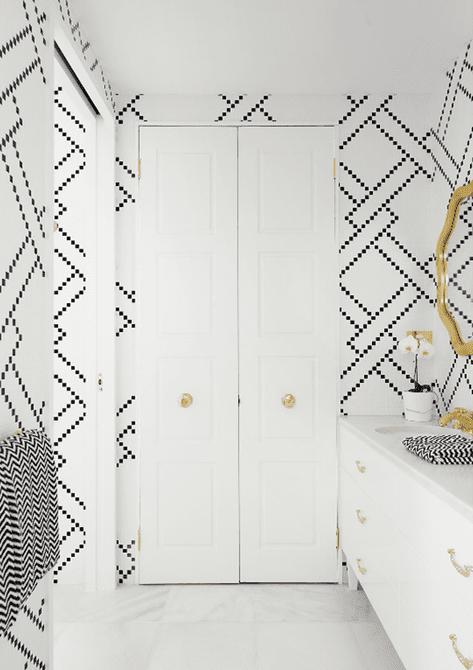 Baño en blanco y negro con detalles en oro