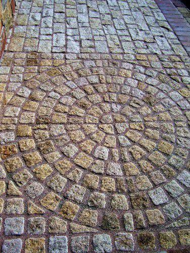 foto de adoquines de estilo antiguo en un patrón de abanico circular