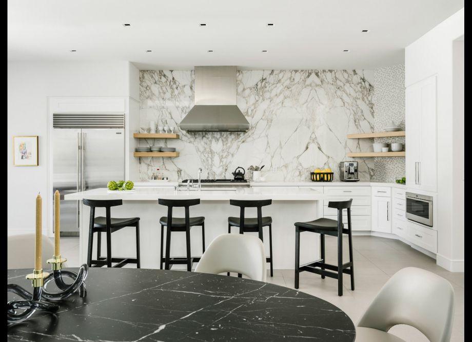 placa para salpicaduras de mármol blanco y gris en cocina moderna con detalles en negro y dorado