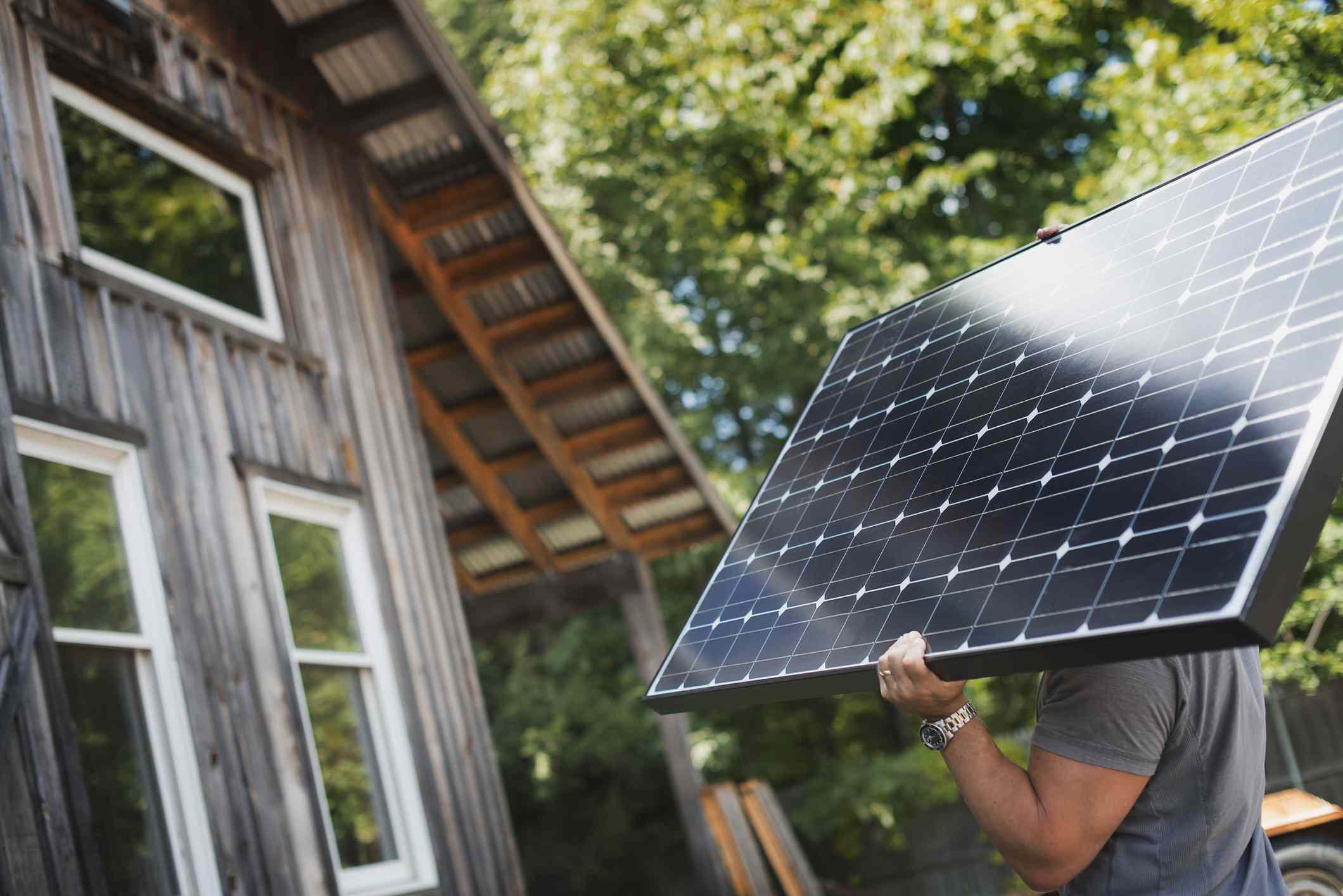 Hombre con panel solar