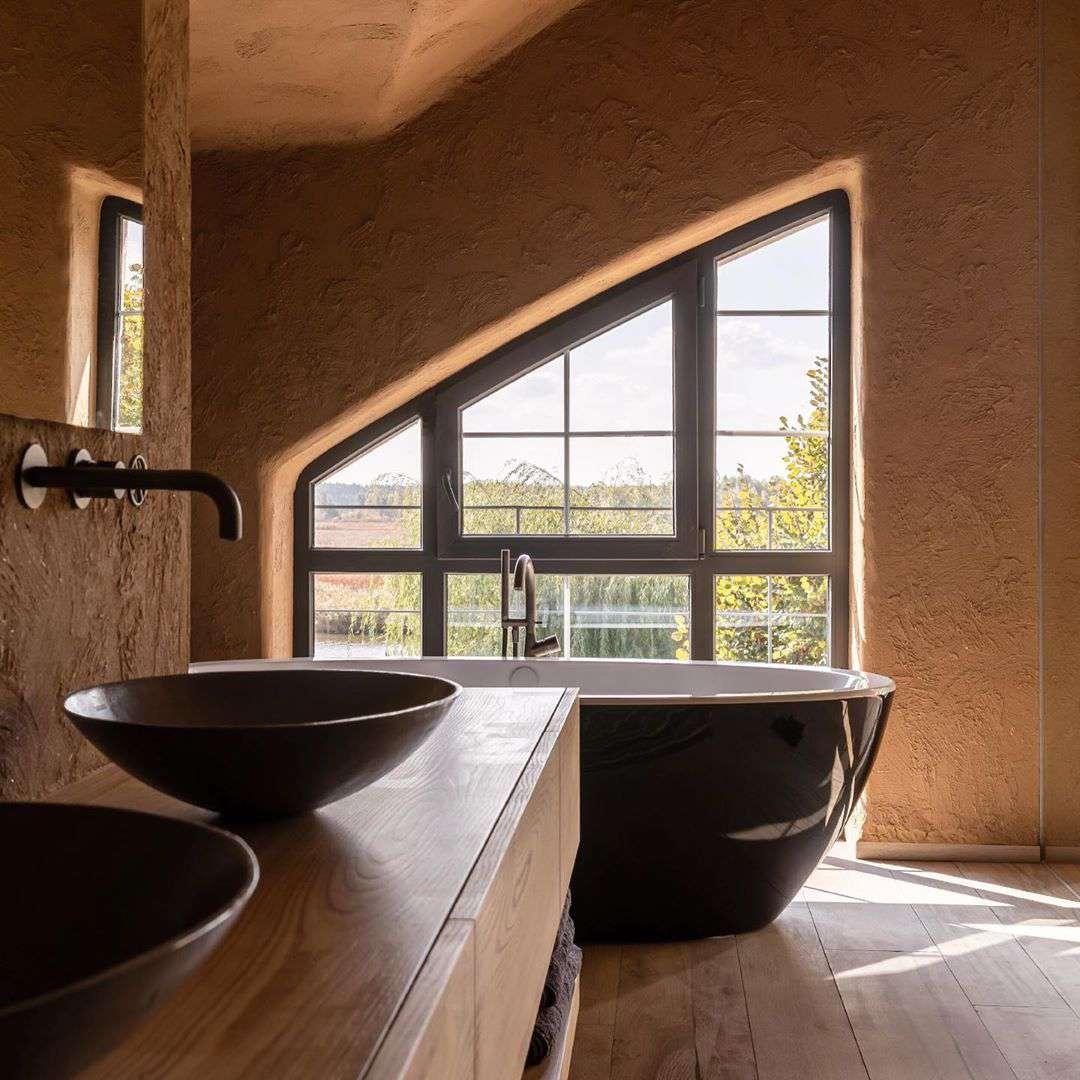 Bañera con ventana detrás