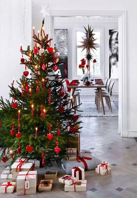 Árbol de Navidad de estilo escandinavo decorado con adornos de corazón rojo