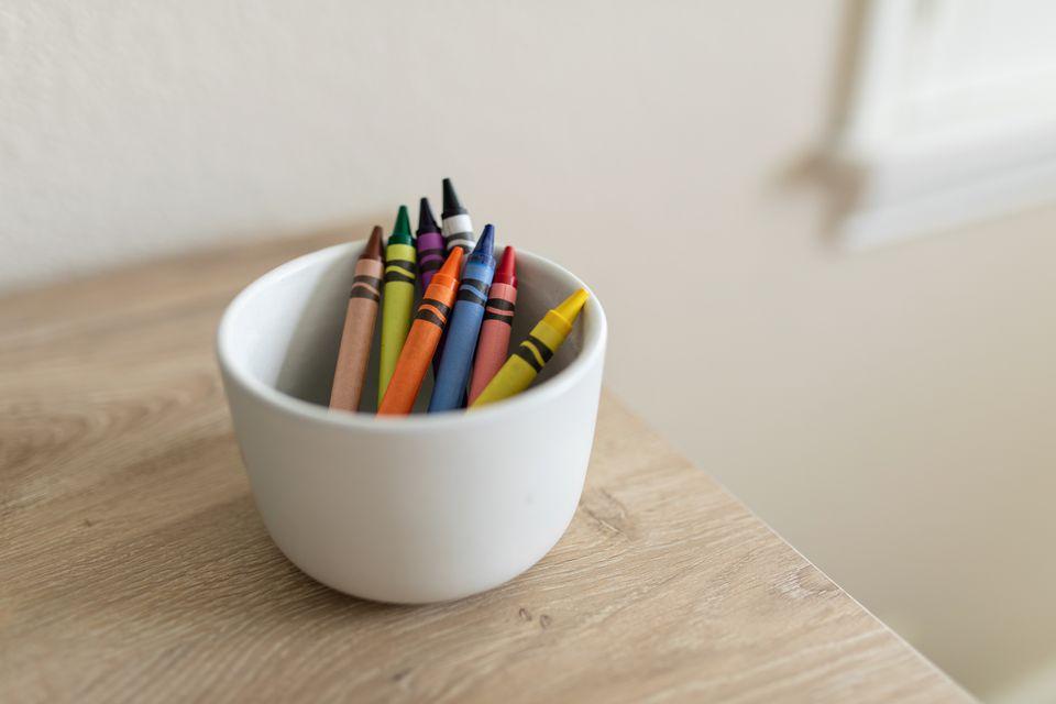 plato de crayones al lado de una pared