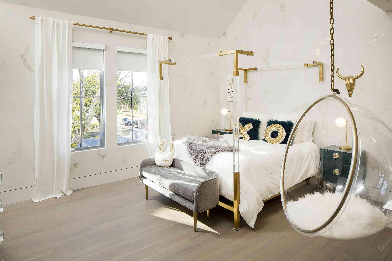 habitación para adolescentes dorada, blanca y lucita