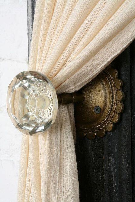 Pomos de puerta vintage reutilizados como amarres de cortina