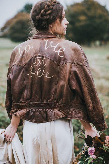 Una novia boho usa una chaqueta de cuero personalizada