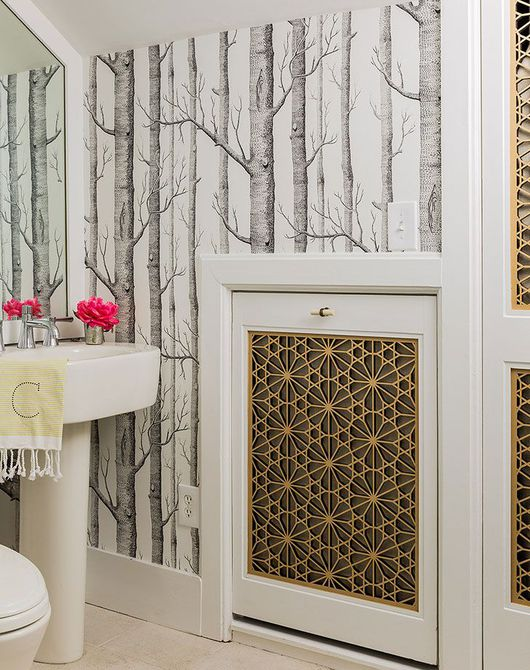 el papel tapiz agrega interés al baño del ático