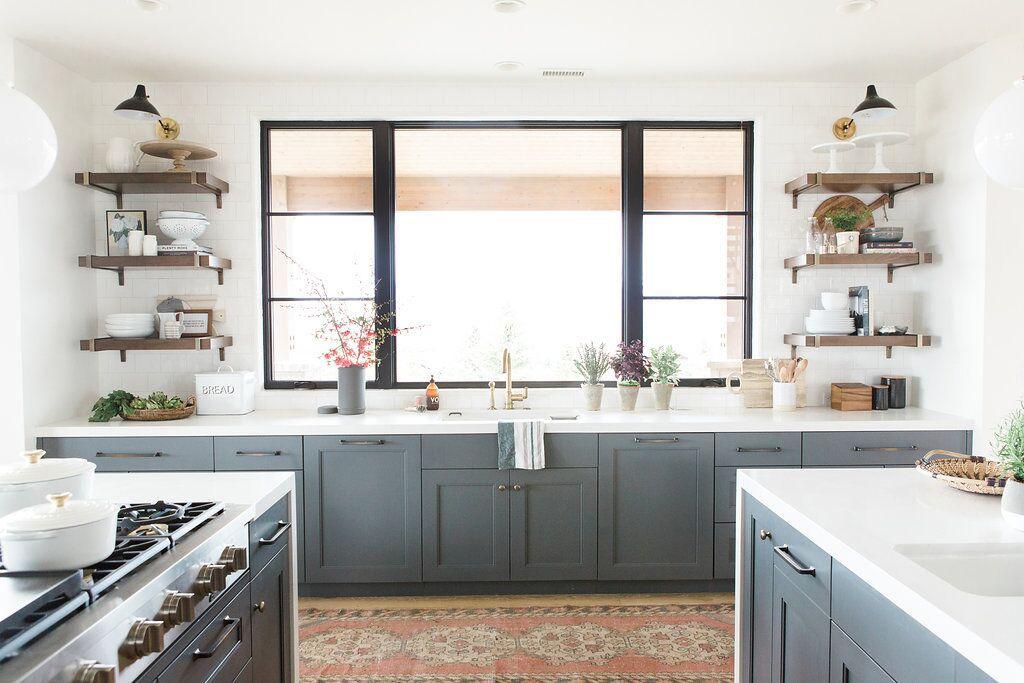 Cocina con gabinetes de color gris azulado