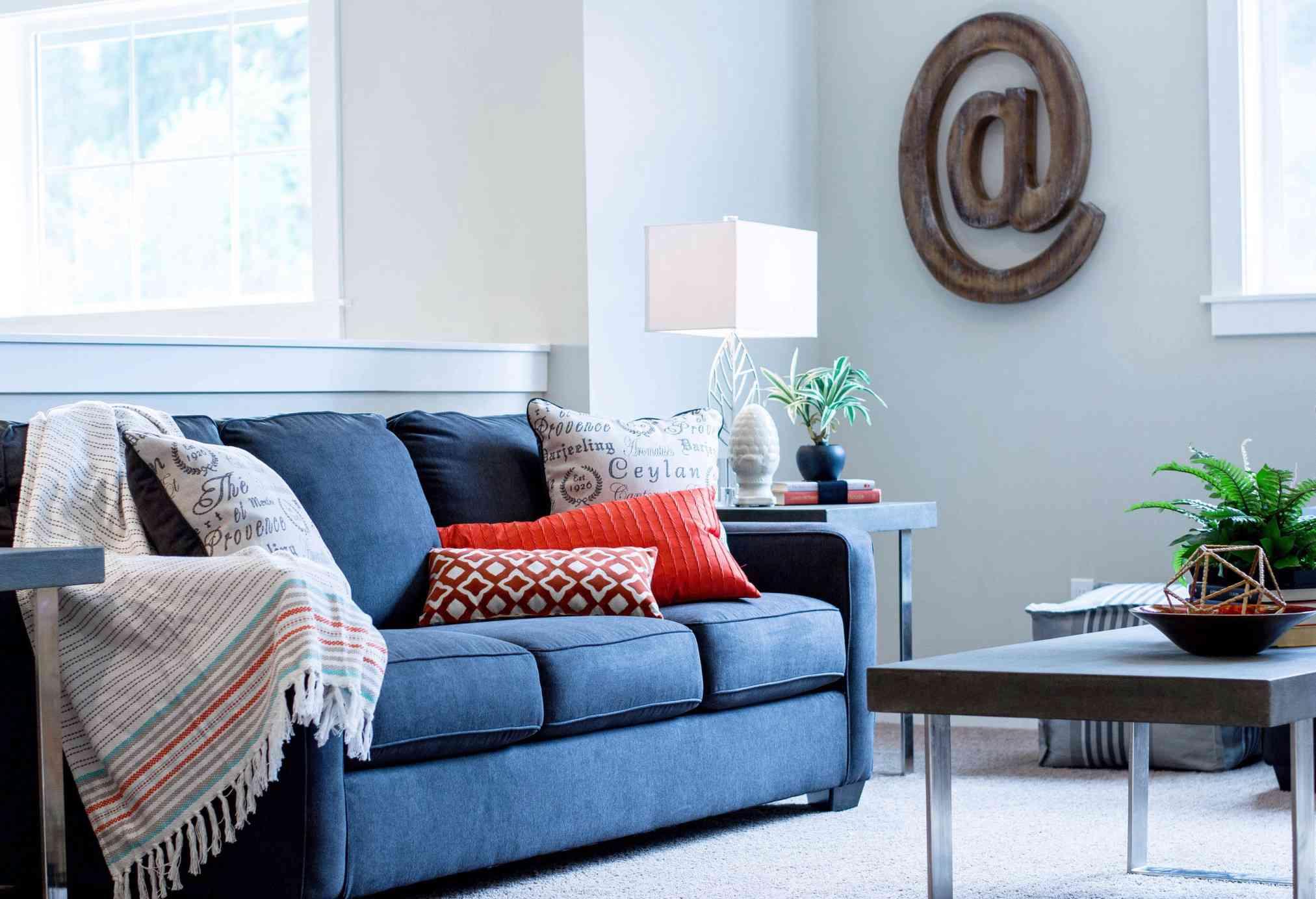 Tirar almohadas en la sala de estar
