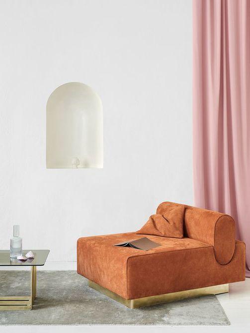 Habitación blanca de diseño elegante con sofá naranja y cortinas de color rosa