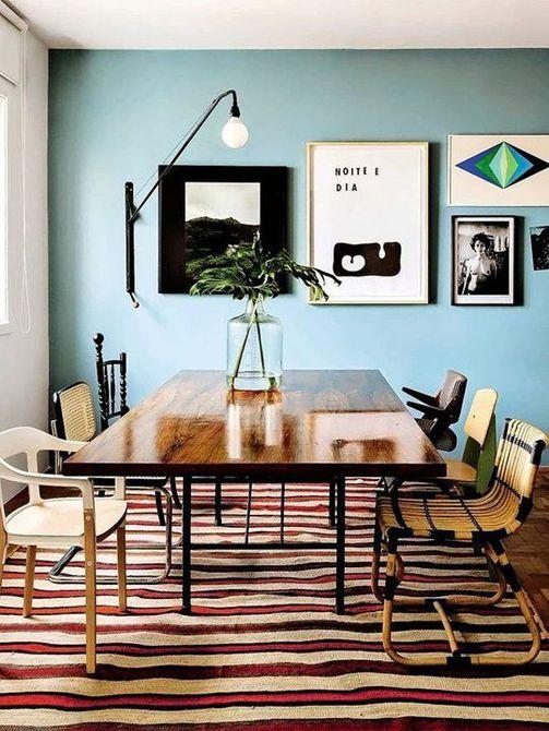 Alfombra a rayas y comedor de paredes de color azul claro