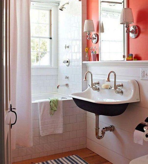 Baño de pared roja