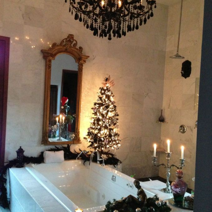 Cheerful Christmas Themed Bathroom Decor Ideas