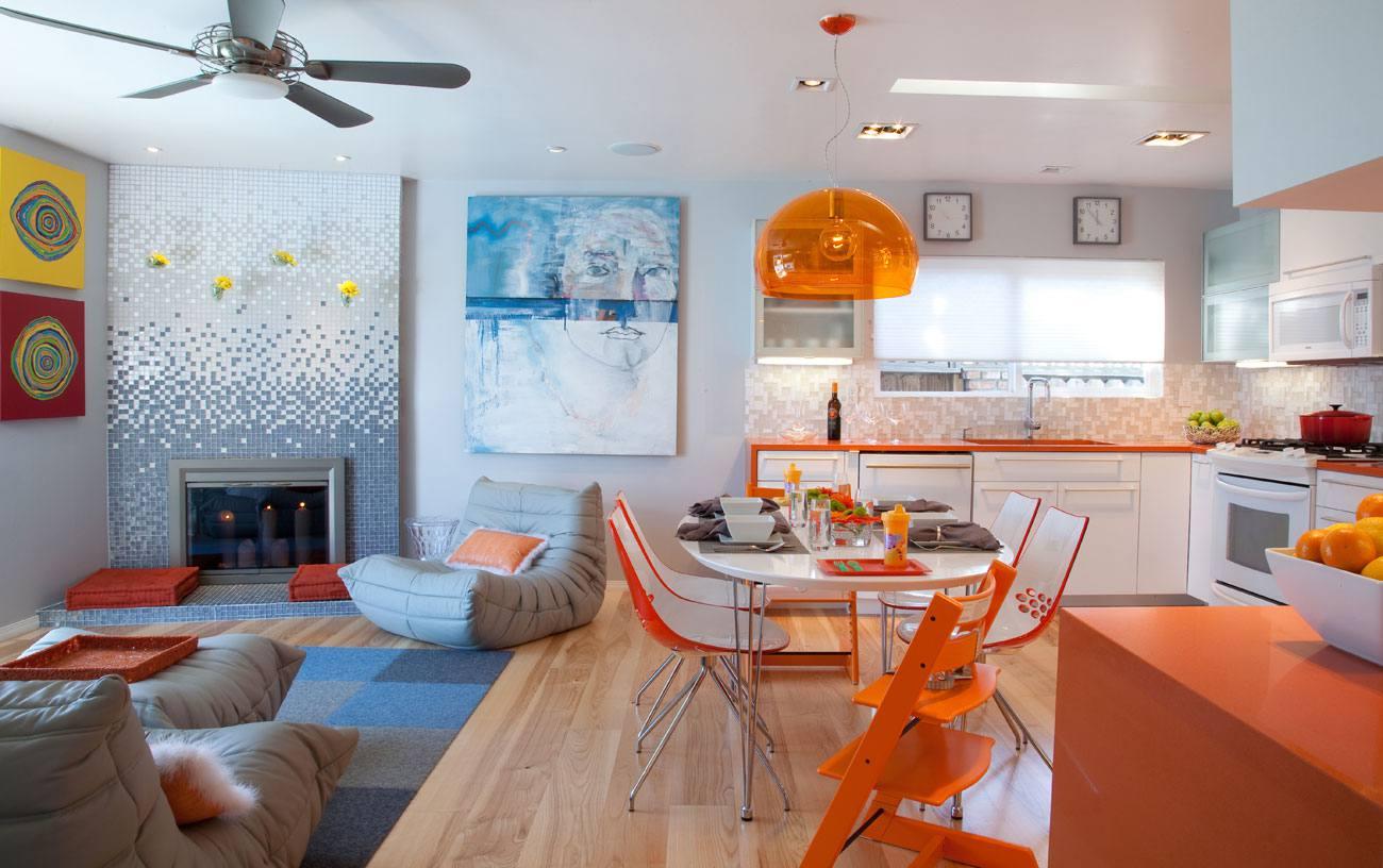 Cocina con gabinetes de color turquesa y mesa de cocina de carnicero con seis sillas