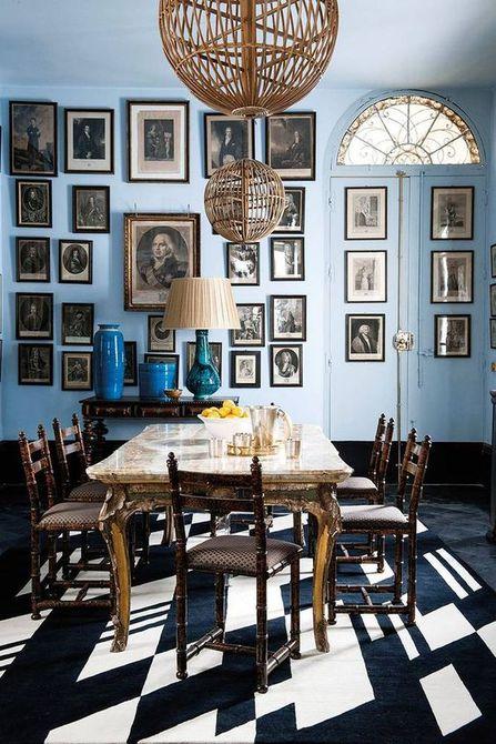 comedor azul y gris lleno de arte