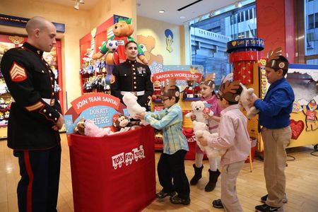 Toys For Tots Volunteer : See how to donate a toy to toys for tots