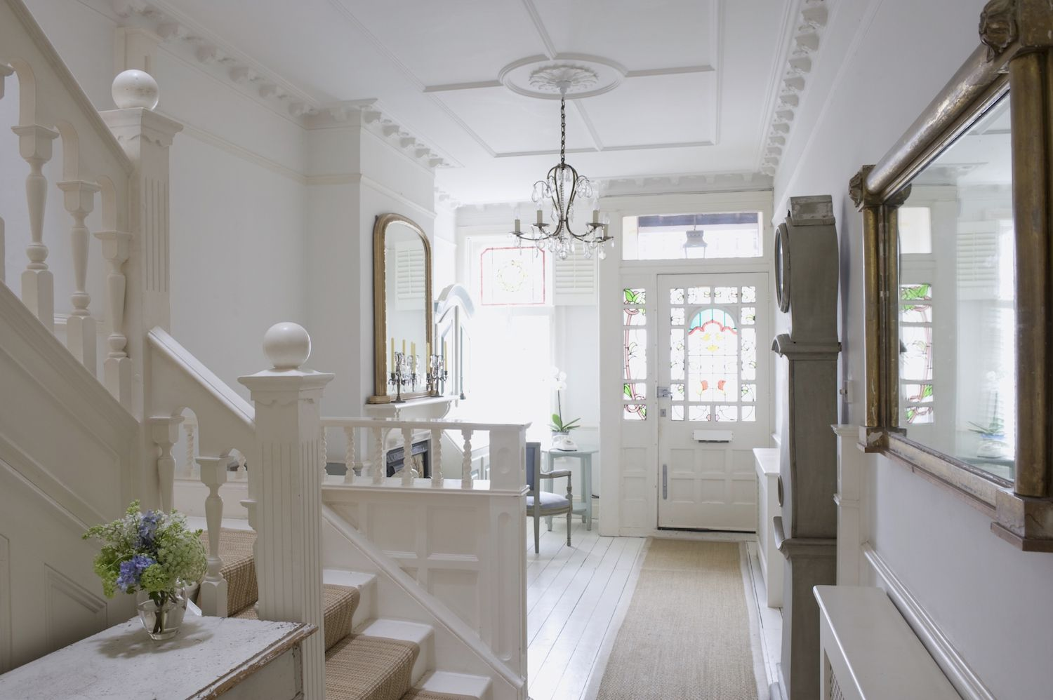 Home Staging Decorating Tips - Enlarge Your Small Foyer