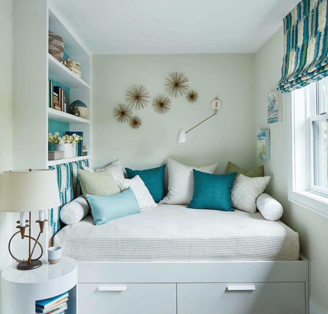 Habitación con una cama pequeña