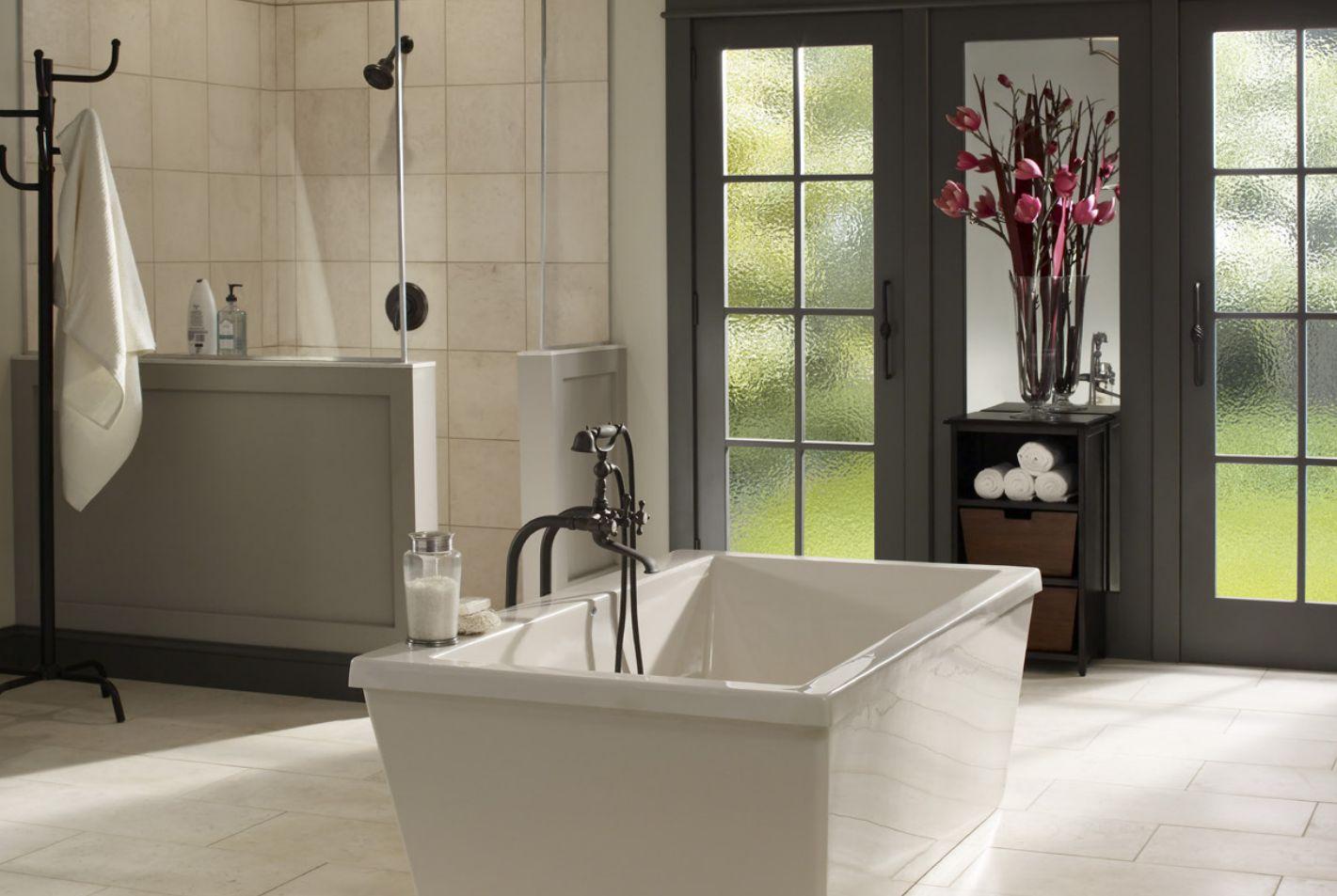 Baño con puertas de madera y bañera independiente
