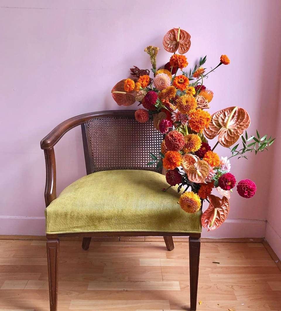 Arreglo floral en una silla