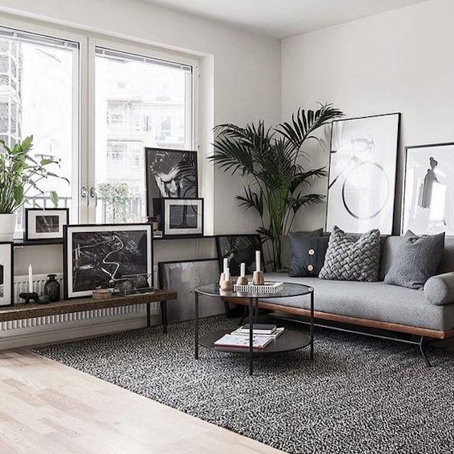 sala de estar gris con grandes obras de arte