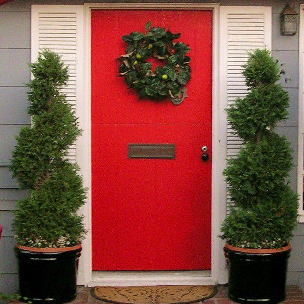 imagen de corona en puerta roja