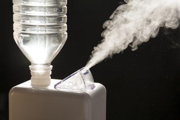 Compact home humidifier creating vapor