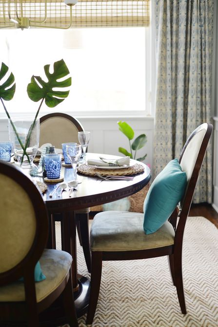 Uso de azul en una habitación tropical