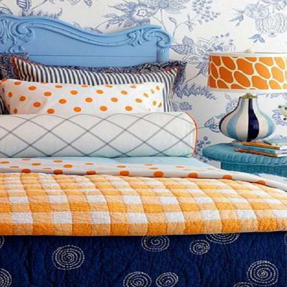 Habitación azul y naranja con muchos diseños