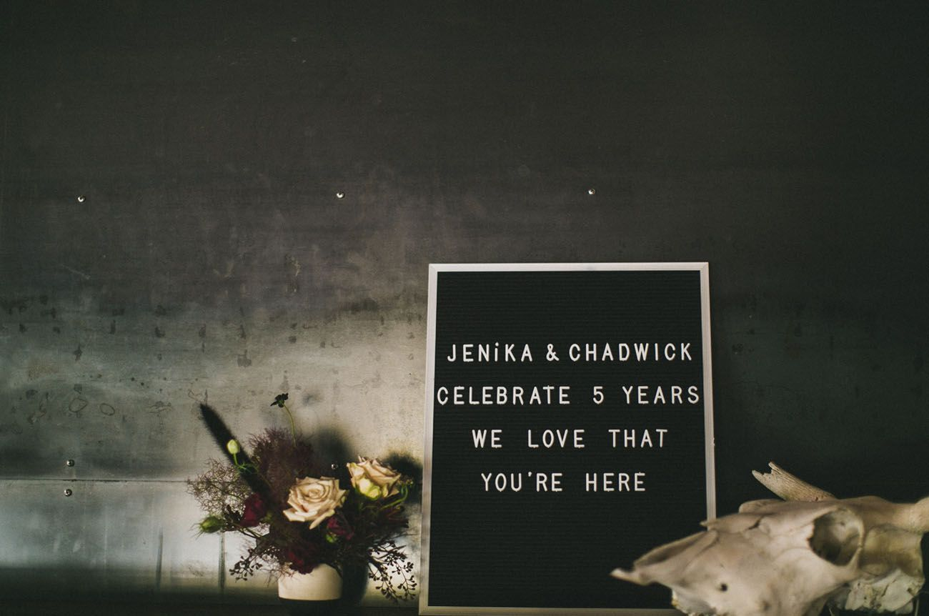 tablero de cartas que celebra el quinto aniversario de una pareja