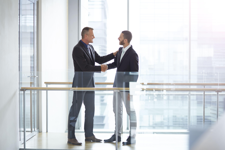 Empresarios dándose la mano