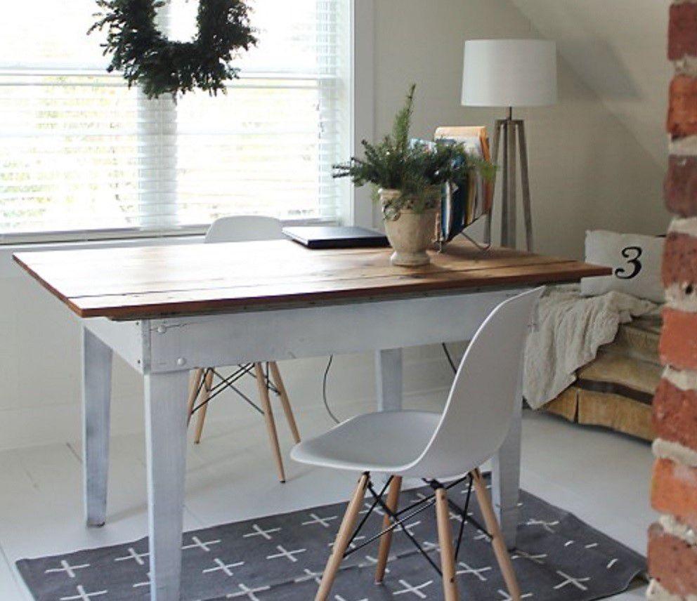Oficina de ático remodelado blanco minimalista , Piso de tablones para la remodelación del ático