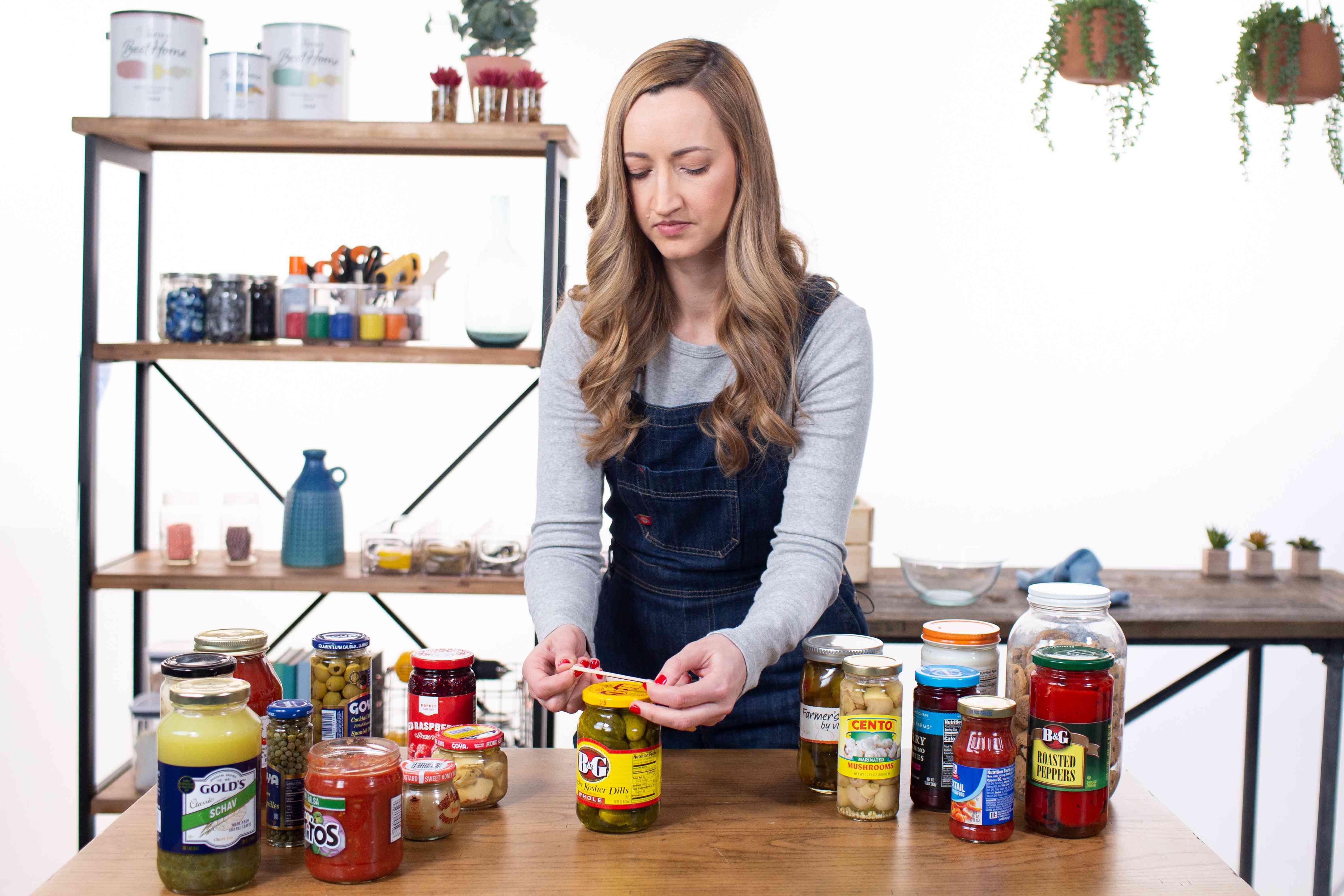 Rubber band jar opening method